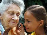 «Мабила для бабушки и внучки», выбираем телефон для людей преклонного возраста и детей